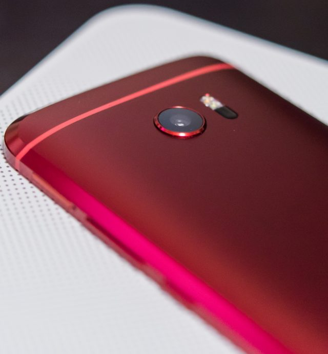 HTC 10 in Camellia Red